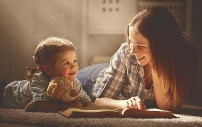 Мама читает сказки ребенку